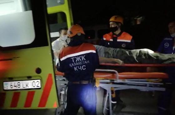 Алматинец едва не погиб, упав в выкопанную коммунальщиками траншею