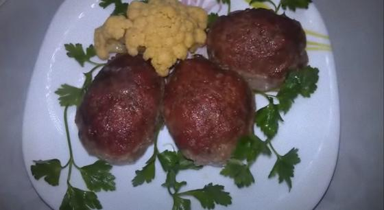 Котлеты на тарелке с кусочком цветной капусты