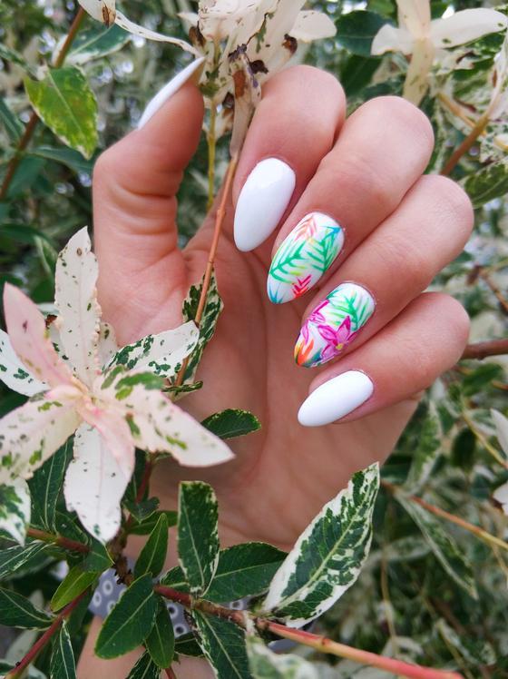 Маникюр с цветами и листьями