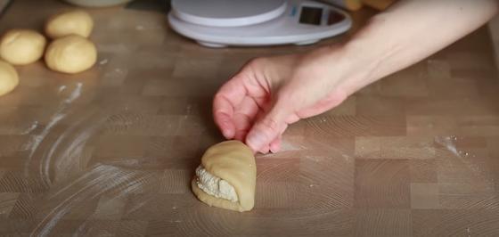 Тесто с начинкой из творога формируют в виде сочника