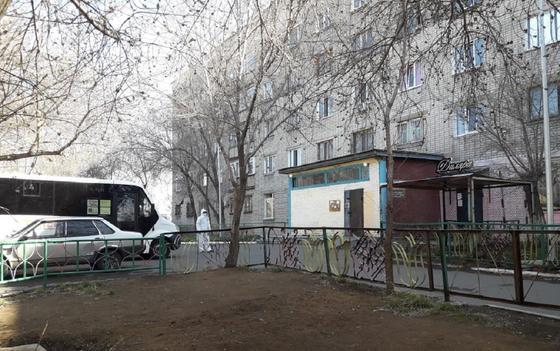 Жители карантинного общежития кинулись с ножом на медиков в Павлодаре