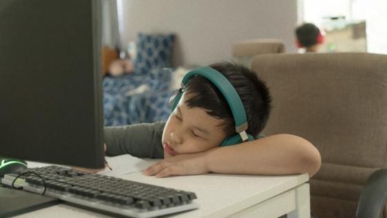 Мальчик за компьютером заснул