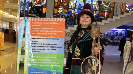 Психолог из Павлодара лечит людей «кобызотерапией»