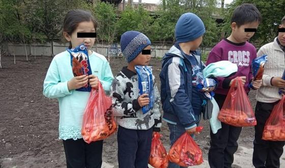 В Бишкеке молодожены вместо пышной свадьбы посадили деревья и помогли детям