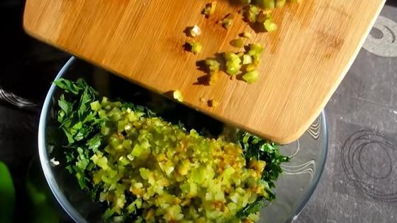 Нарезанный кубиками сладкий перец засыпают в миску с зеленью