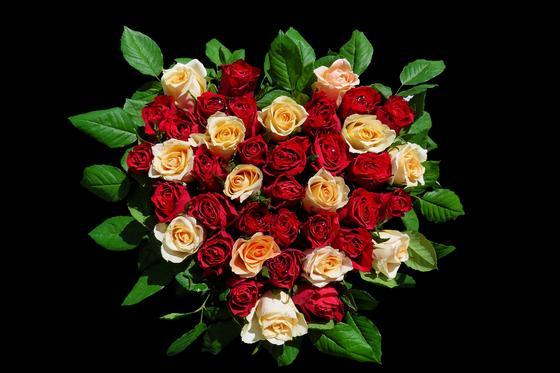Пышный букет из роз в виде сердца