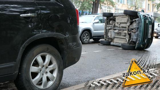 Машина перевернулась в центре Алматы (фото)