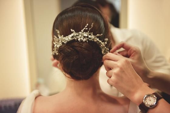 Девушке делают свадебную прическу