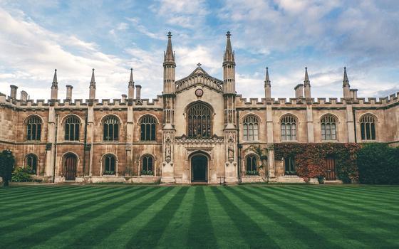 Кембридж күндізгі оқу дәрістерін бір жылға тоқтатты