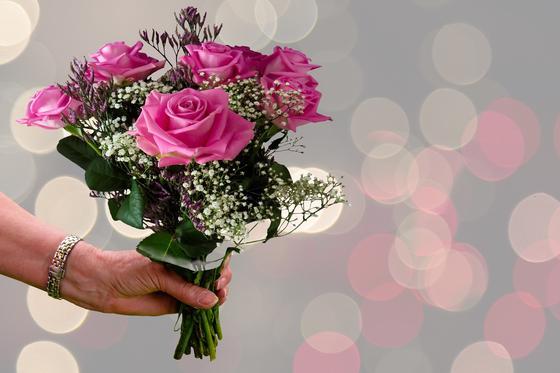 Букет роз в руке