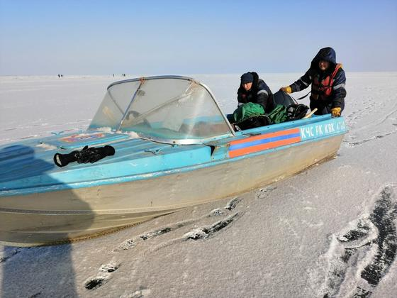 Ведутся спасательные работы на озере Зайсан