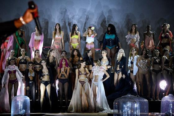 Голые фантазии: неделя моды в Париже удивила откровенными нарядами