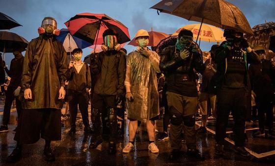 Десятки тысяч человек в Гонконге вышли на акции против запрета на ношение масок