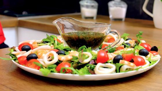 Праздничный салат с соусом в соуснике по центру