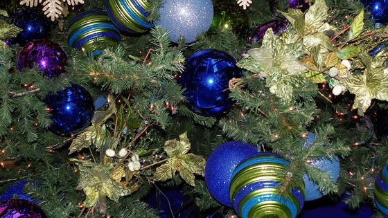 Синие, голубые и фиолетовые шары на елке