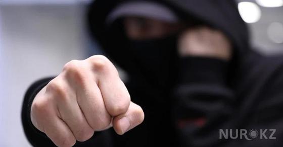 25-летний мужчина напал на супругов и избил их в ЖК в Алматы