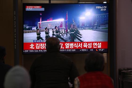 люди сидят перед телевизором