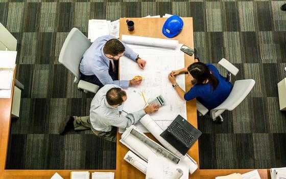 Мужчины и женщины работают за столом