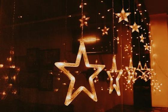 Гирлянда со звездами на окне
