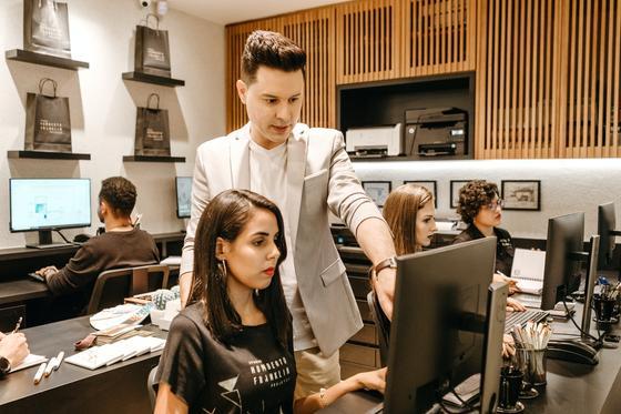 девушка и парень за компьютером