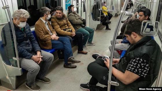 Тегеран метросындағы адамдар. 2020 жылдың сәуірі. Фото: Mizan News Agency