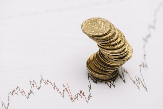 Столбик монет на экономическом графике