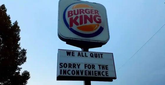"""Вывеска Burger King, на которой бывшие сотрудники написали """"Мы все уволились"""""""