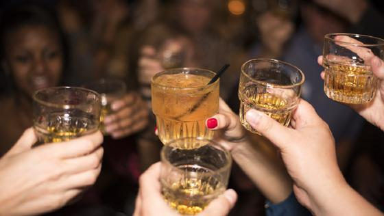 Нарколог рассказал, как правильно пить алкоголь в Новый год