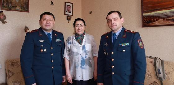 Полицейские Нур-Султана навестили мам, погибших при исполнении сотрудников (фото)
