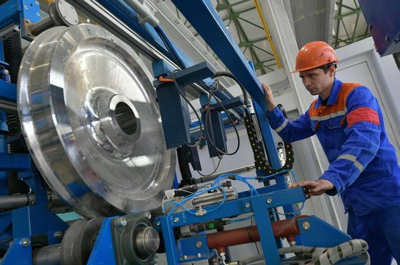Инженер у оборудования