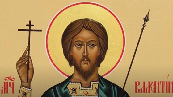 Мужчина с орелом святости над головой держит в правой руке крест, а в левой копье