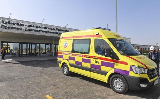 Машина скорой помощи у нового госпиталя в Алматы