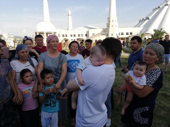 """""""Мы с вами"""": Сакен Майгазиев приехал в Шымкент поддержать пострадавших в Арыси (фото)"""