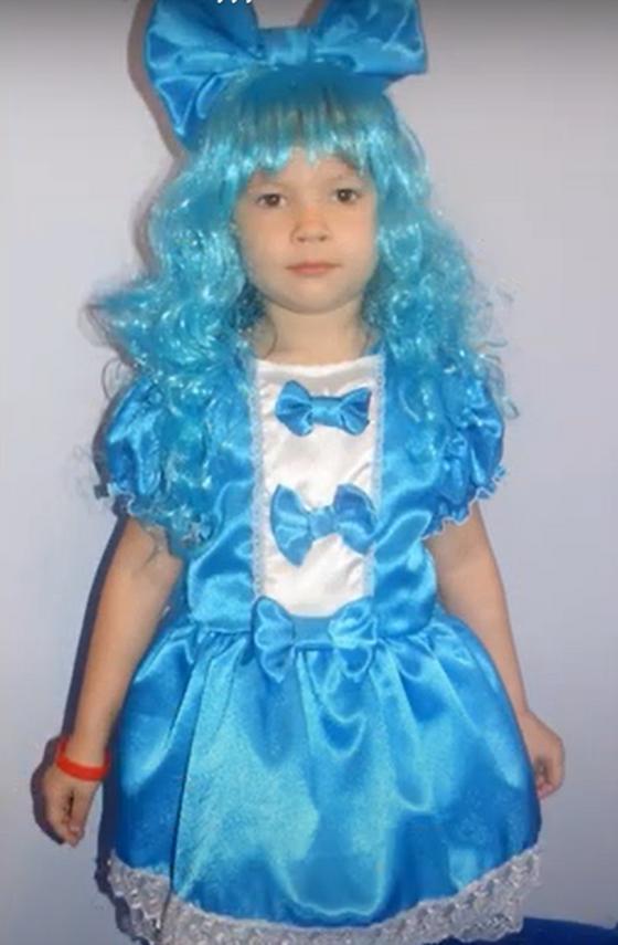 Девочка в костюме куклы