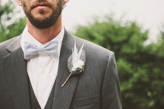 Жених в сером костюме