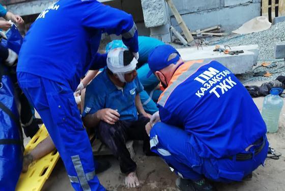 Спасатели оказывают помощь пострадавшему