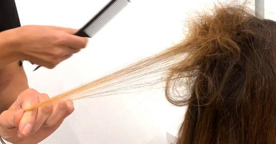 Процесс начеса волос для окрашивания шатуш