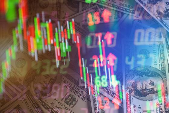 Доллары США отражаются в мониторе с графиками