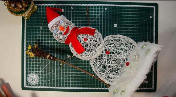 Самодельный снеговик из ниток на столе