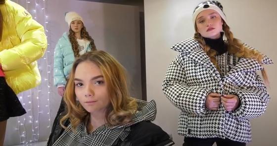 Девушки демонстрируют модную одежду
