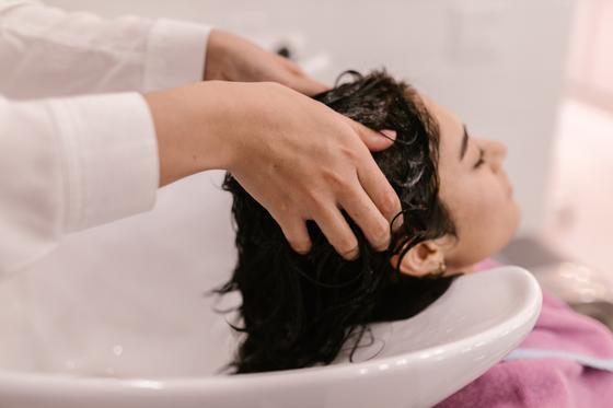 Моют волосы в салоне