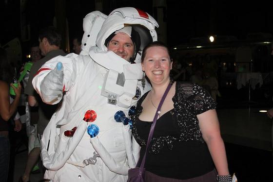 Женщина и мужчина в костюме космонавта