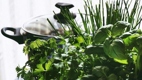Базилик с другими видами зелени на кухне