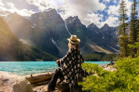 девушка в пончо на фоне гор