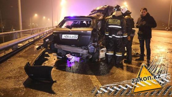 Страшное ДТП в Алматы: всех участников доставили в больницу (фото, видео)