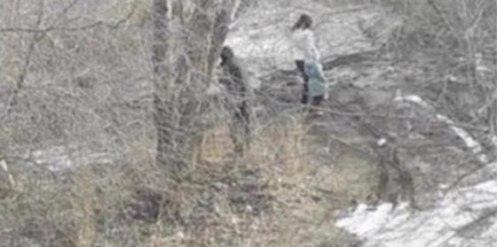 Женщину с маленькой девочкой заметили влезающей в люк с бомжами в Костанае (видео)