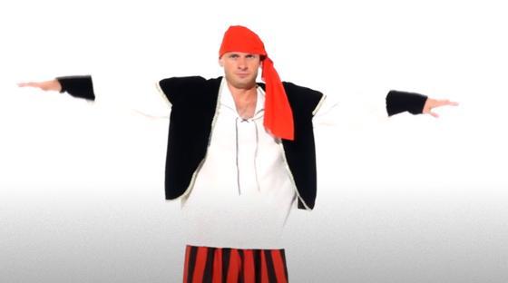 Мужчина в костюме пирата