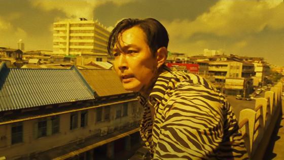 Кадр из фильма «Избави нас от лукавого». Мужчина на крыше