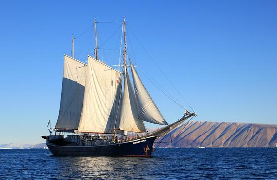 Корабль с белыми парусами