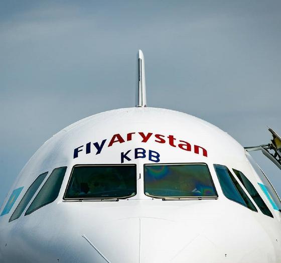 Пассажирский самолет низко кружил над Павлодаром